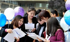 tan sinh vien lam thu tuc ho so nhap hoc 300x180 - Hướng dẫn thủ tục nhập học, hồ sơ nhập học đại học 2017
